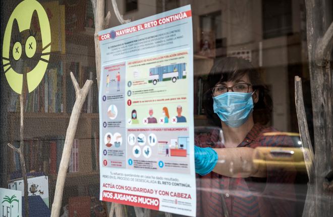 Salud distribuye carteles y trípticos sobre prevención frente al COVID-19 en negocios de hostelería de Navarra